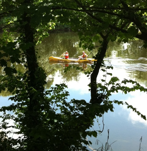 Glenribbeen guests borrow canoe and enjoy a riparian lunch.